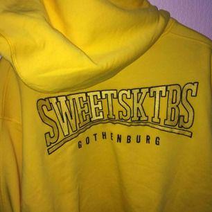 """Sweet Sktbs hoodie med """"ballongärmar"""" från Nelly.com. Köpt för 499kr. Den är så gott som ny, endast testad. Frakt tillkommer!"""