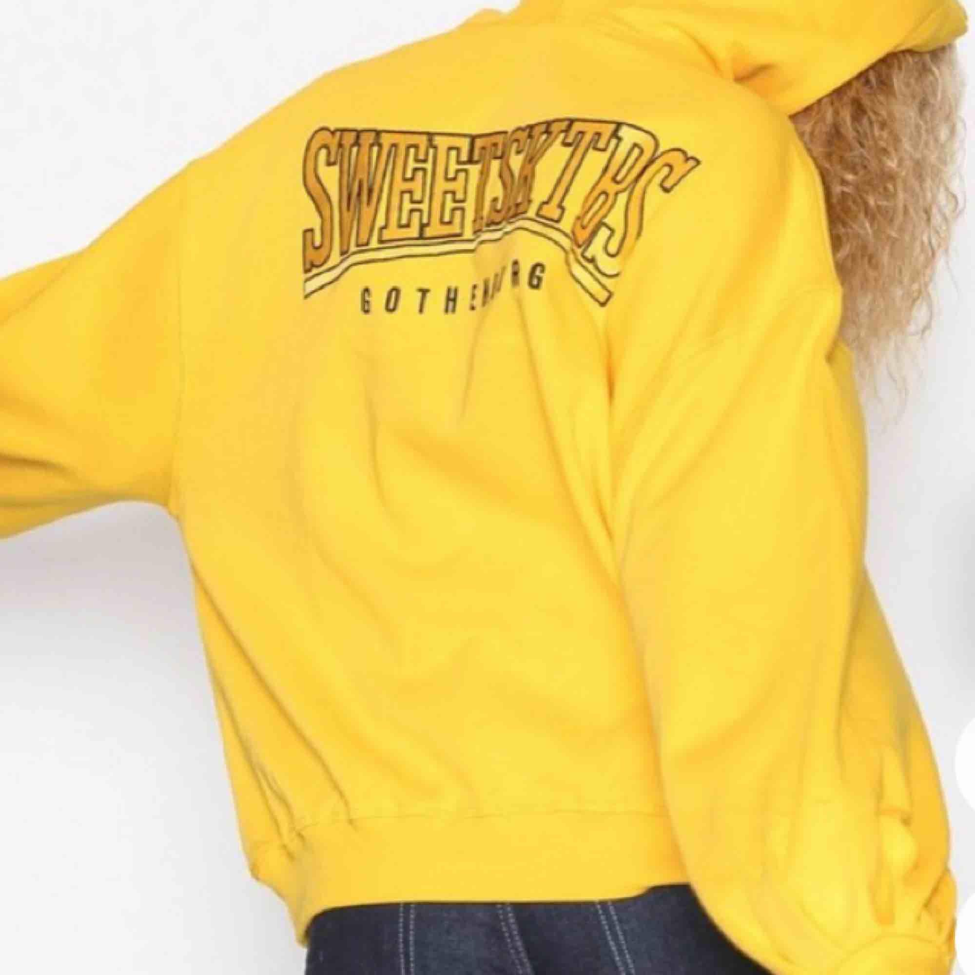 """Sweet Sktbs hoodie med """"ballongärmar"""" från Nelly.com. Köpt för 499kr. Den är så gott som ny, endast testad. Frakt tillkommer!. Huvtröjor & Träningströjor."""