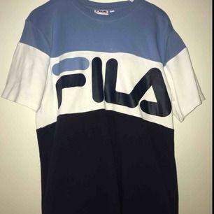 Säljer en Fila tröja som jag inte har använd alls mycket för att den är för stor för mig:) men det är en fin tröja och vi kan diskutera pris. Köparen står för frakten
