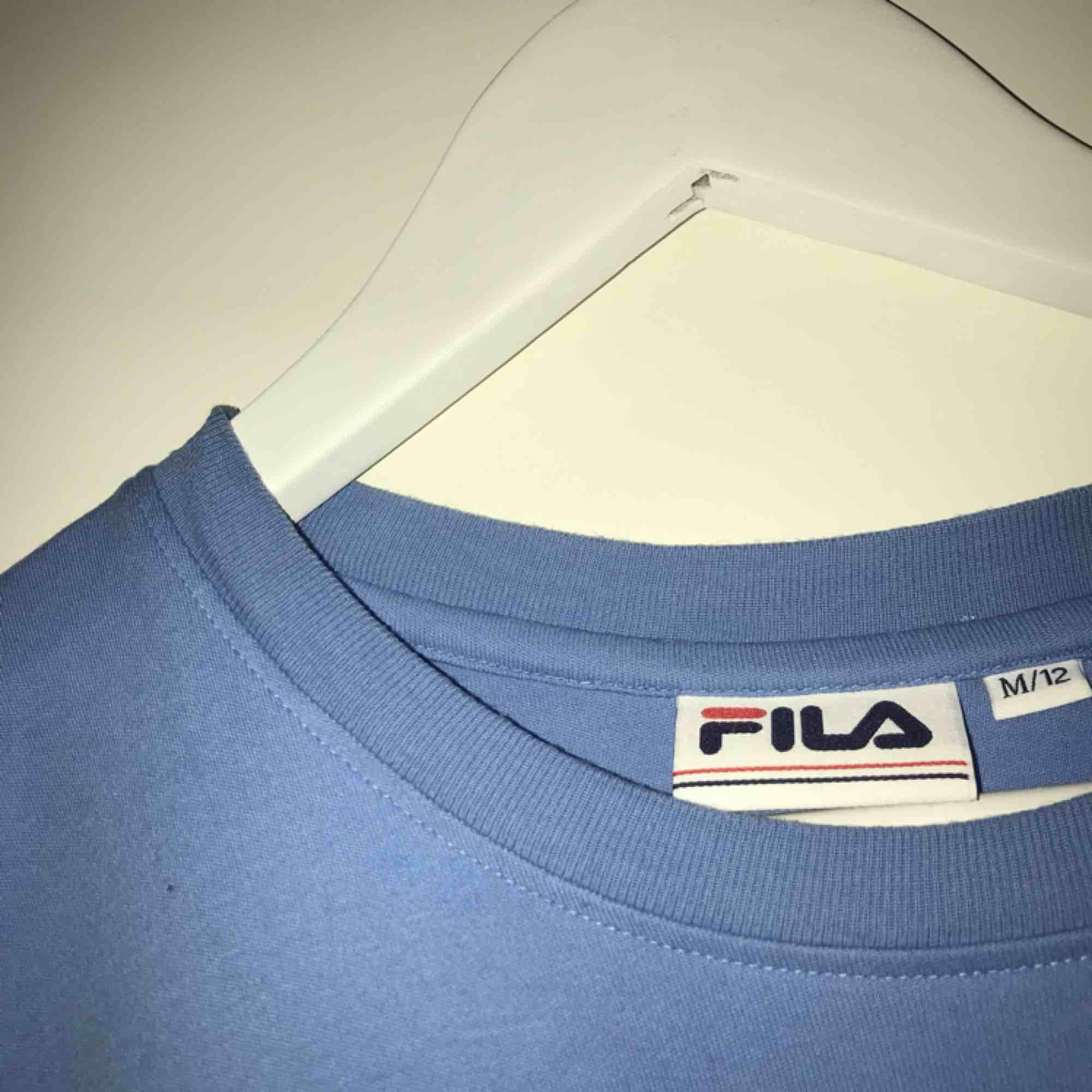 Säljer en Fila tröja som jag inte har använd alls mycket för att den är för stor för mig:) men det är en fin tröja och vi kan diskutera pris. Köparen står för frakten. T-shirts.