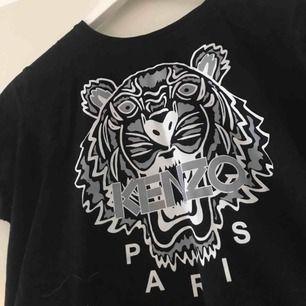 En FAKE kenzo t-shirt som jag köpte när jag va iväg och har inte använt den så mycket men storleken är liten det står L men den är som XS:) köparen står för frakten och vi kan diskutera pris