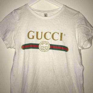 En FAKE Gucci t-shirt som är liten i storleken det står M men känns som XS. Köparen står för frakten och vi kan diskutera pris