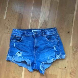 Shorts från Zara i storlek 36. Använda ett par gånger men i bra skick! Frakt tillkommer :)