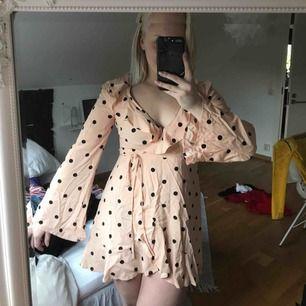 Superfin omlottklänning från Forever21. Köpt i USA förra året, endast använd en gång. Storleken i är M, jag anser mer det är en S eller en liten M. Frakt tillkommer :)