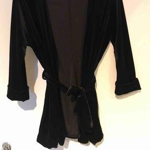 Svart sammetskofta från sisters, kan användas som kimono eller som en snygg kofta till exempelvis en klänning
