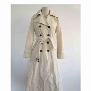 Vintage trenchcoat med fin passform.  Märke: CC City Coat (vintage). Storlek: 36/38 Skick: Mycket gott. Aldrig använd.  Pris: 400 kronor eller bud.  Frakt: Betalas av köparen.