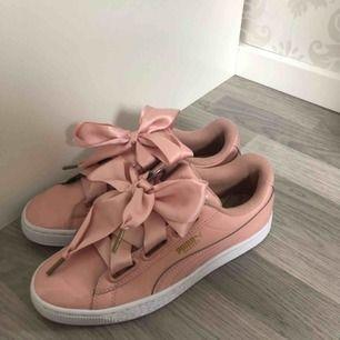 Rosa Puma Basket skor i perfekt skick som enbart används 1 gång. Skorna är i storlek 37. Frakt ingår i priset