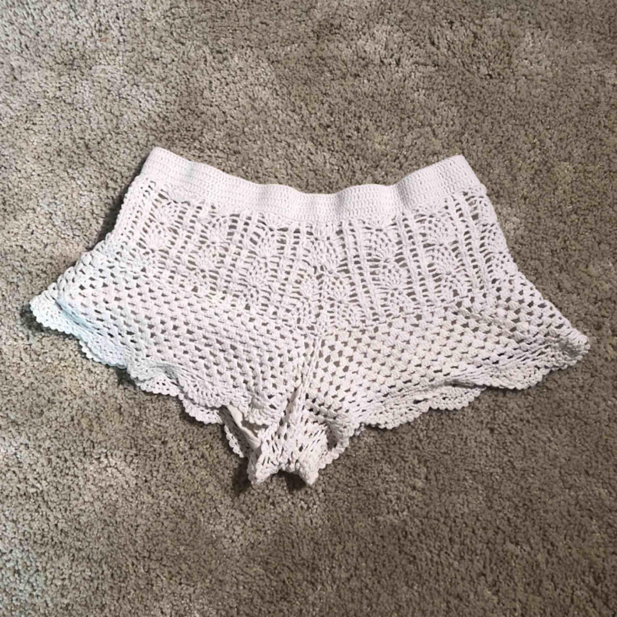 Virkade shorts från hm använda men i hyfsat skick! Köparen står för frakt men kan mötas upp i Uppsala. Shorts.