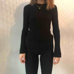 Ribbstickad tröja med utsvängda armar från bikbok  XS/S  Köparen står för frakt men kan mötas upp i uppsala