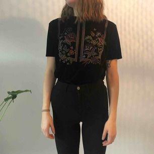Sammets t-shirt med tryck från zara, sparsamt använd! Köparen står för frakt men kan mötas upp i uppsala