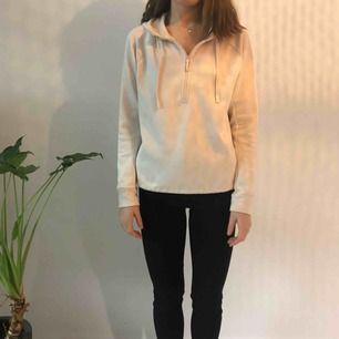 Tränings hoodie/fleece från hm-sport  Sparsamt använd! Köparen står för frakt men kan mötas upp i uppsala