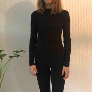 Långarmad svart tröja med lite djup rygg  Köparen står för frakt men kan mötas upp i uppsala