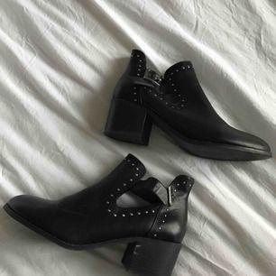 """Ett par svarta läder""""boots"""" (vet ej om det är äkta eller fake läder men jag gissar på fake, var en gåva från min moster) i storlek 38. Använda av mig endast 1 gång på en kryssningsbåt så inte ens utomhus, är i mycket bra skick."""