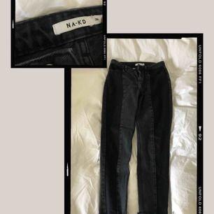 Säljer mina svarta mom jeans ifrån NA-KD  Strl: 36