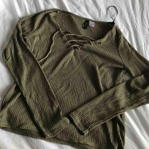 Tunn, militärgrön tröja ifrån H&M. Snygg, bekväm och i bra skick. Säljer pga använder aldrig.
