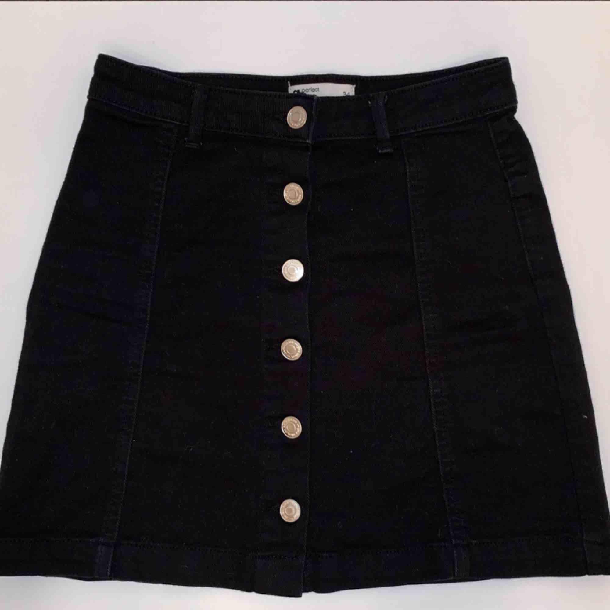 Säljer en svart jeanskjol från Gina Tricot i storlek 34. . Kjolar.