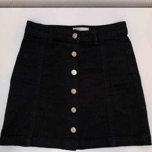 Säljer en svart jeanskjol från Gina Tricot i storlek 34.