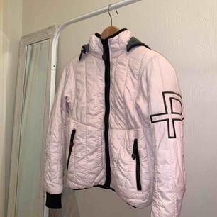 Säljer en rosa jacka från Pelle P i storleken XXS. Endast använd ett par gånger. Nypris: 1000 kr