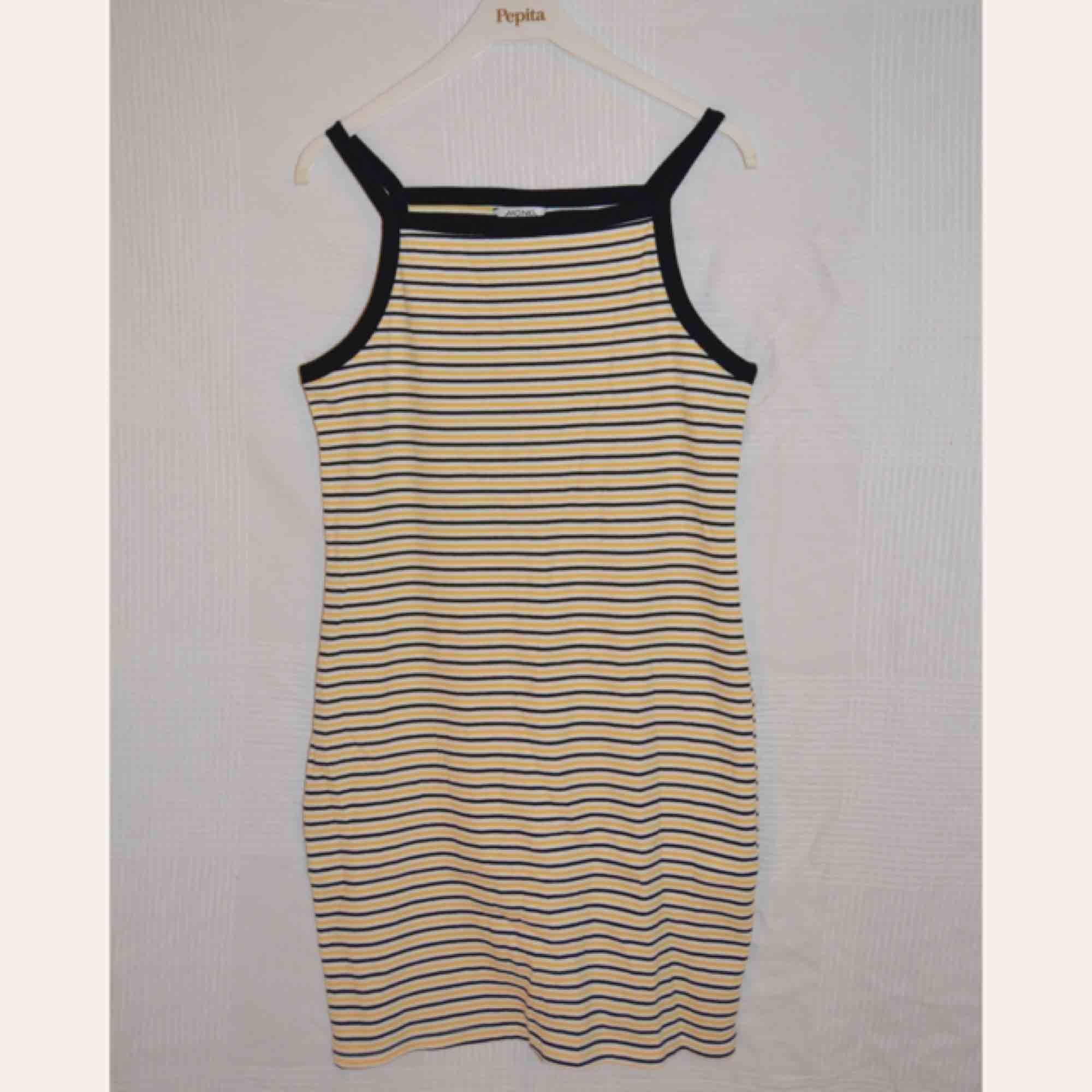 super billigt grossistförsäljning halv av Somrig klänning med gulavita och - Monki Klänningar - Second Hand