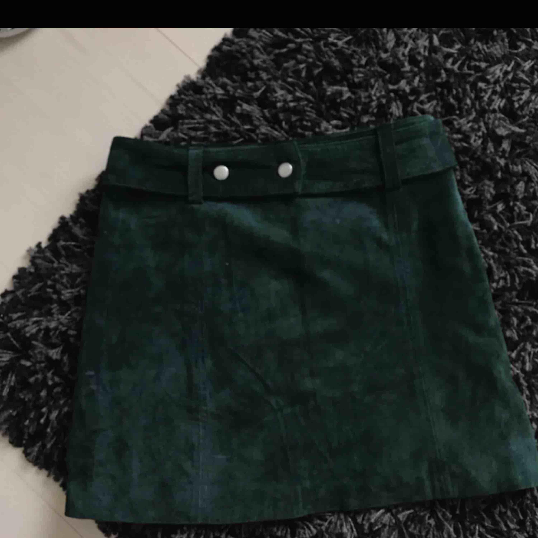 Grön mocka kjol från zara i storlek XS. Kjolen är i fint skick, säljer den nu dock för att jag tyvärr inte får någon användning för den! Hör av dig om du är intresserad, vill ha mer bilder, frågor eller liknande 💕😊. Kjolar.