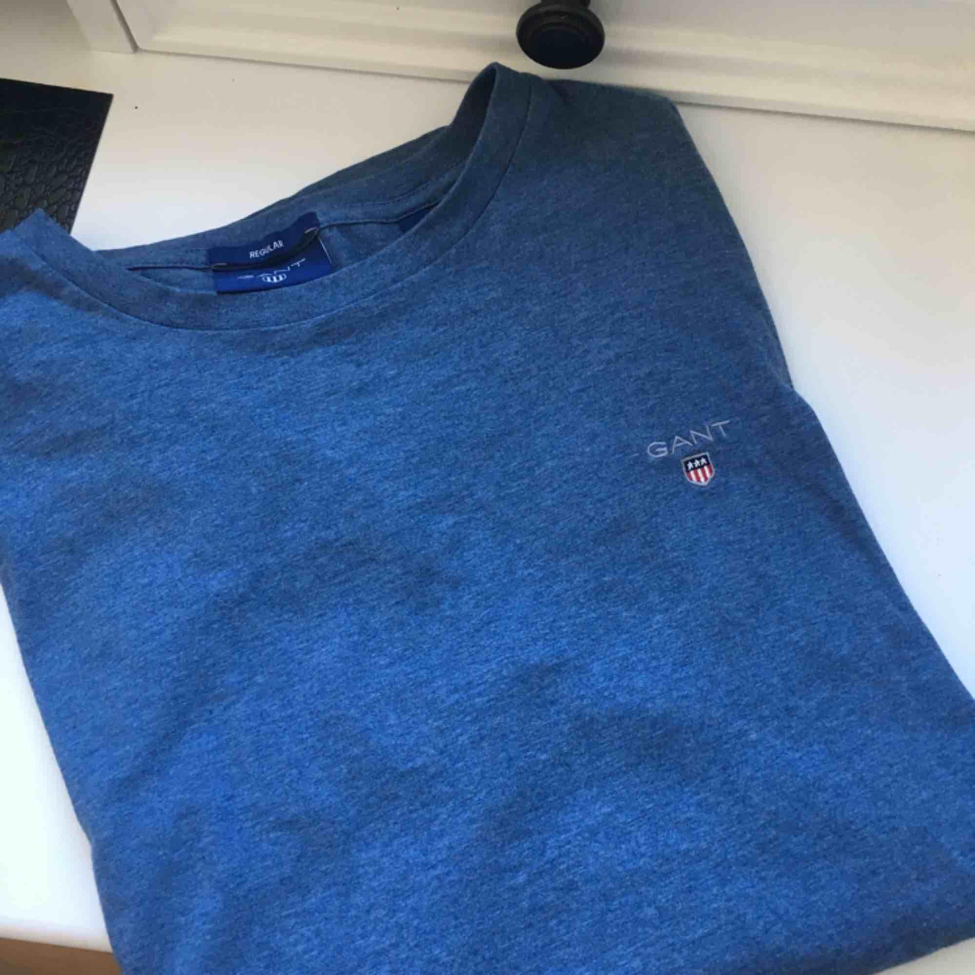 Säljer min tröja från Gant för att den aldrig kommer till användning och är dessutom för stor på mig. Köpte helt ny för 400kr och har aldrig använt den. Köparen står för frakt. . Tröjor & Koftor.