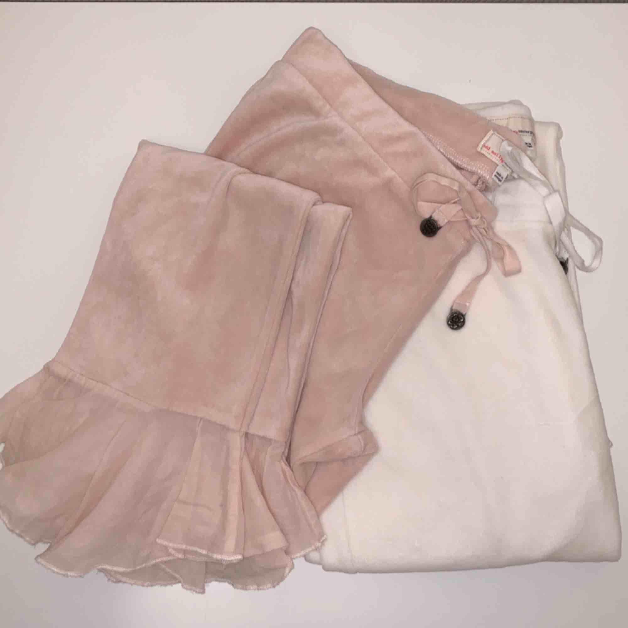 Säljer ett par rosa (Sålda) och ett par vita mjukisbyxor från Odd Molly, båda i storleken 1 för 90 kr/st. . Jeans & Byxor.