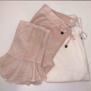 Säljer ett par rosa (Sålda) och ett par vita mjukisbyxor från Odd Molly, båda i storleken 1 för 90 kr/st.