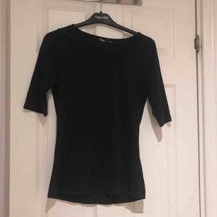 Svart basic trekvarts tröja från Cubus i bra skicka, storlek M. Möts upp i Uppsala eller så står köparen för frakten!:)