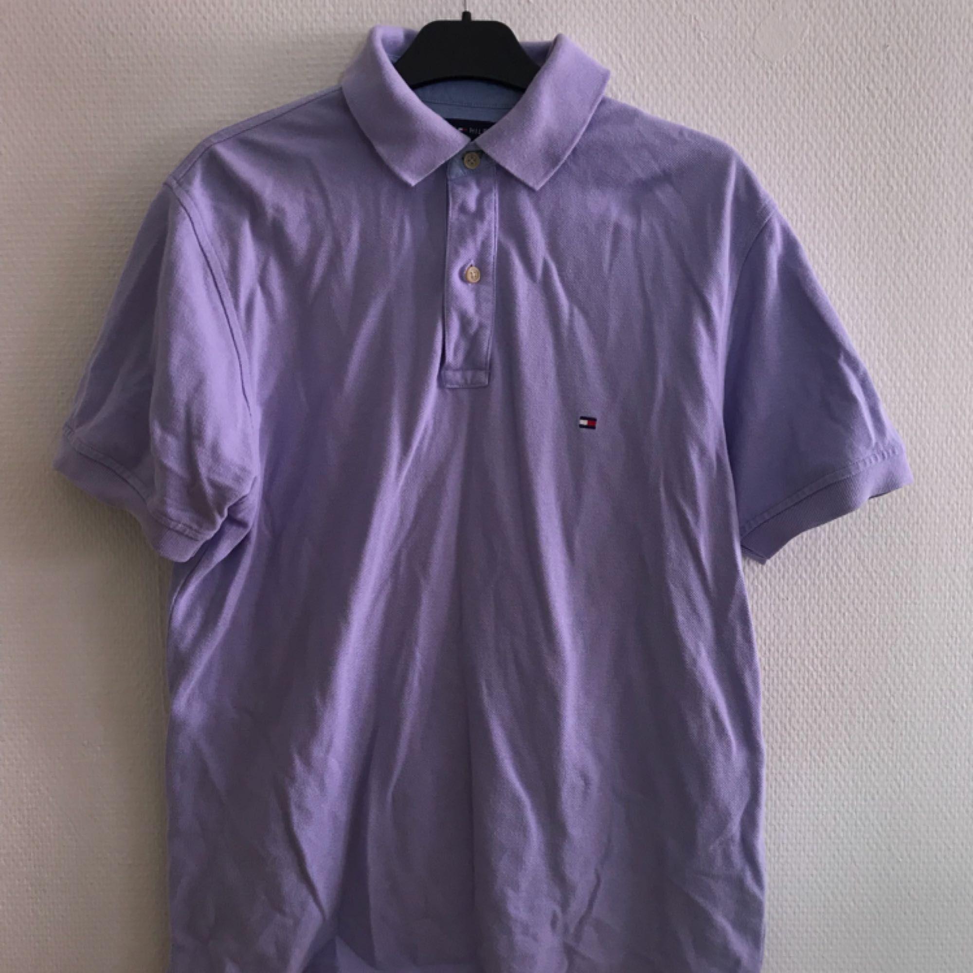 Lila piké från tommy hilfiger, fint skick. Frakt på 36kr tillkommer 🌷. T-shirts.