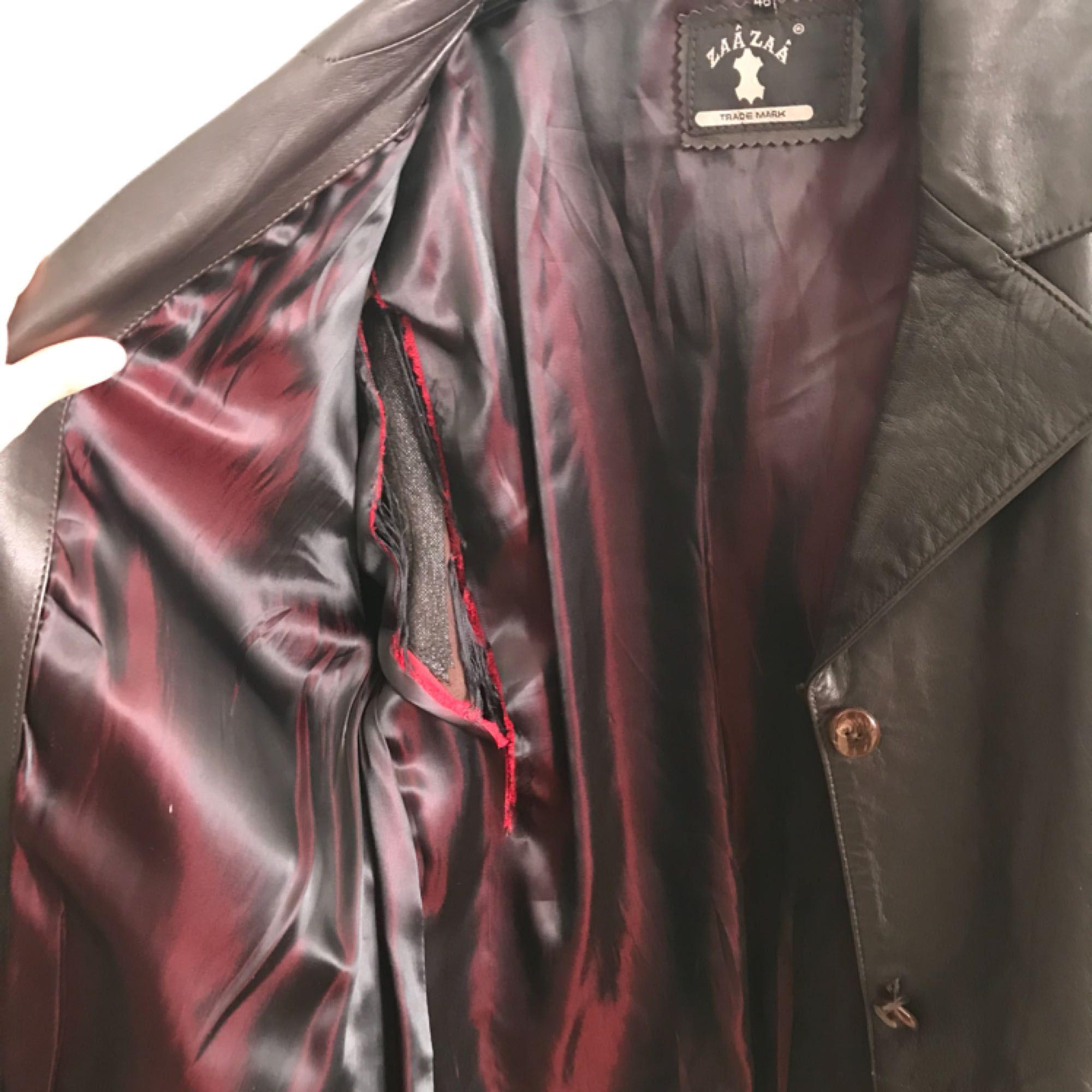 Jacka i äkta läder, köpt second hand så knapparna är lite lösa och innertyget är trasigt, men i övrigt är den i fint skick. Möörkbrun-nästan svart-färg, sitter snyggt oversize på mig som vanligtvis har S-M. Frakt tillkommer på 63kr . Jackor.