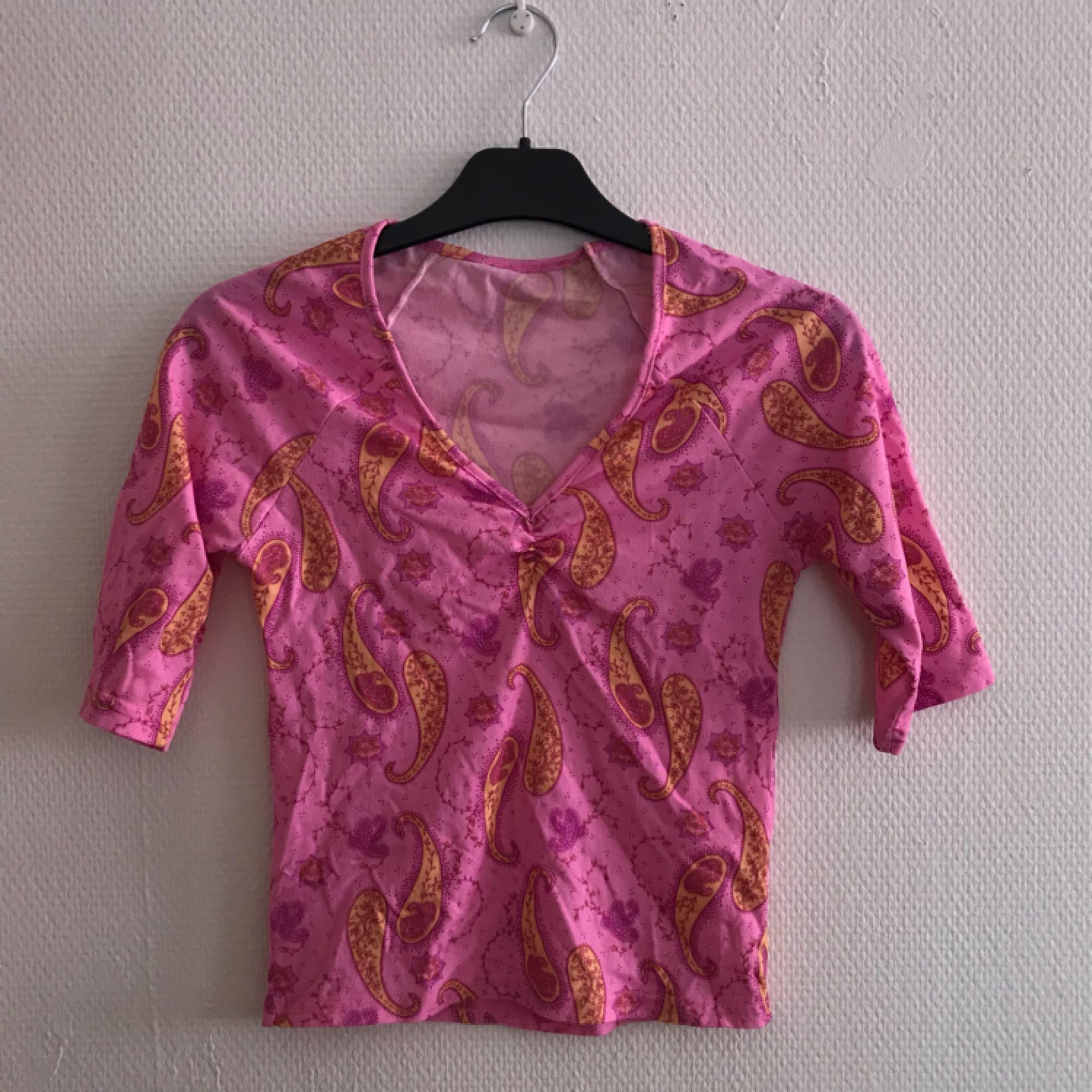 jättegullig rosa tröja med gult mönster, fint skick! Frakt tillkommer på ca 14kr . Toppar.