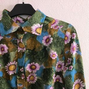 Jättegullig skjorta med blommor & blad, fint skick! Frakt tillkommer på 36kr 🌷
