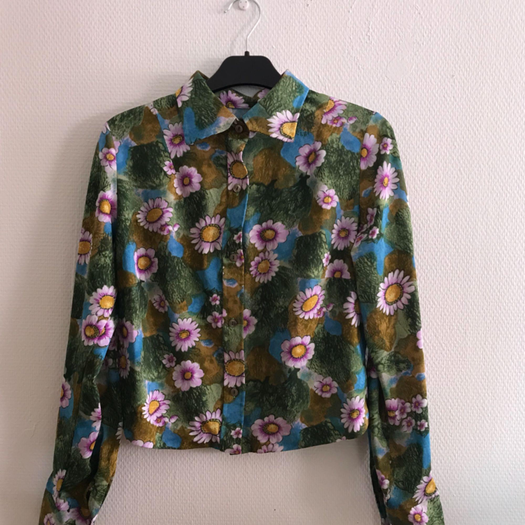 Jättegullig skjorta med blommor & blad, fint skick! Frakt tillkommer på 36kr 🌷. Skjortor.