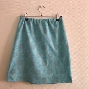 Blå kjol med mönster som glittrar. Fint skick, första bilden stämmer bäst överens färgmässigt!🐬 frakt tillkommer på 36kr