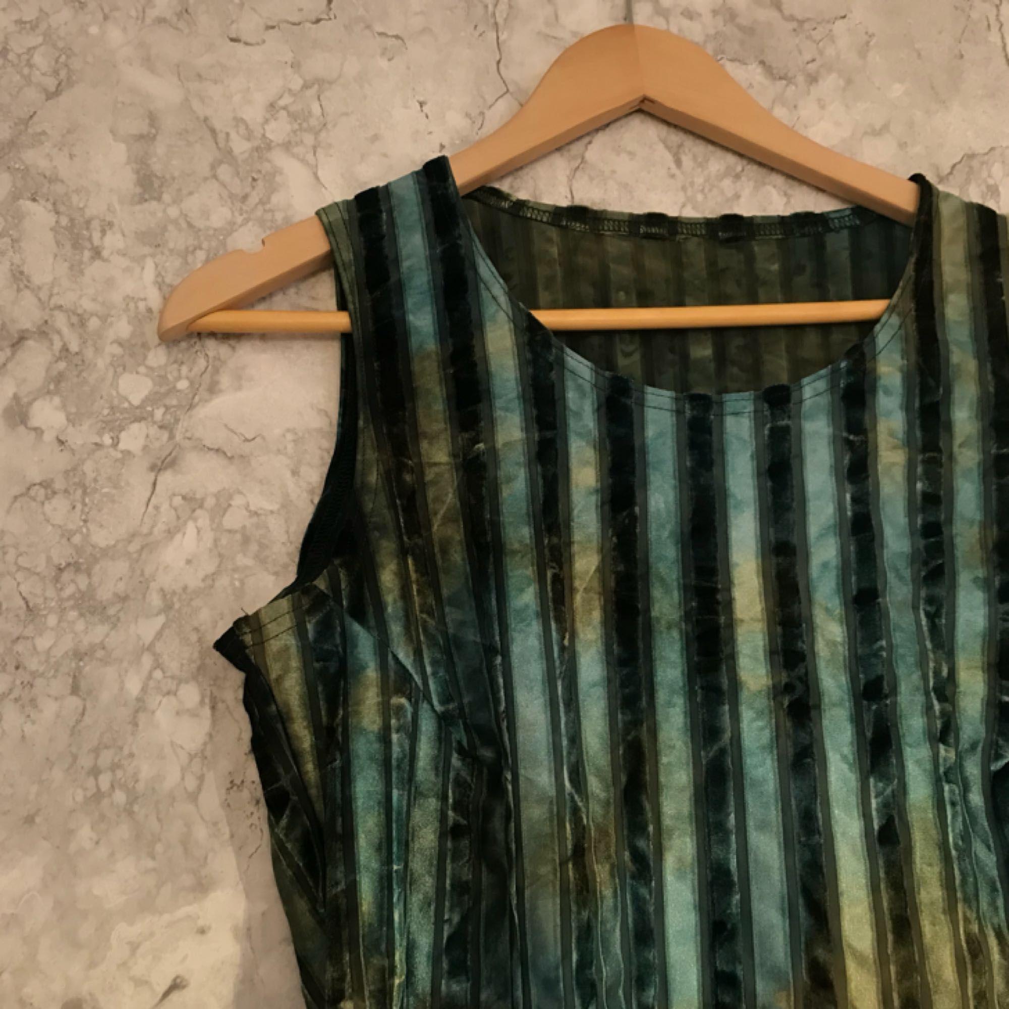 Top med sammet och grönskiftande färg! Fint skick, frakt tillkommer på 36kr 🦎. Toppar.