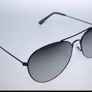 Svarta bågar med spegelglas, Pilot solglasögon från Colorez. Tömmer lagret, glasögonpåse får man till. Priset är 11:- plus frakt 9:- = 20:- inkl frakt totalt.