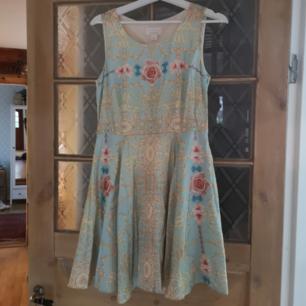 En helt oanvänd klänning från monki och deras samarbete med Ida Sjöstedt. Klänningen är helt fantastisk på och passar en 38 likväl som 40. Köparen står för frakten om klänningen ska skickas med post.