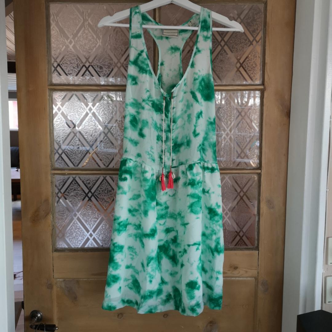Fantastisk klänning från Maison Scotch. Använd endast 1 gång. Fina pärldetaljer. Snören med snäckor. . Klänningar.