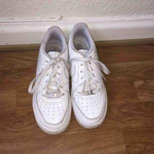 Hej! Jag säljer ett par Nike air force skor i storlek 38/39. Skorna är använda ett fåtal gånger. Ord pris:1000 Köparen står för frakten. Skriv ifall ni har några frågor. !!OBS!! Endas seriösa köpare. Tack