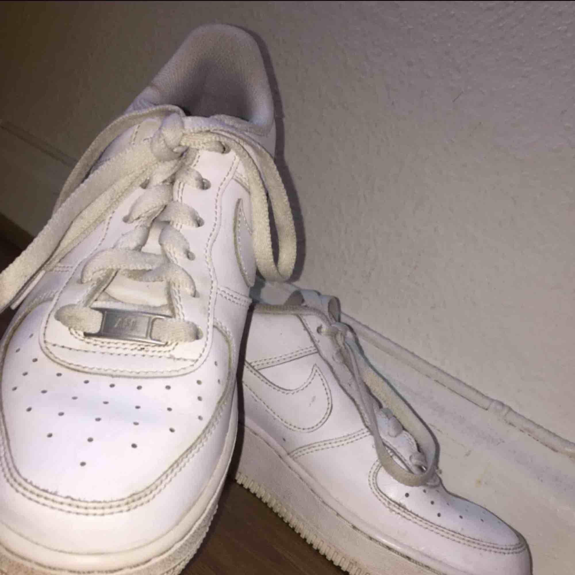 Hej! Jag säljer ett par Nike air force skor i storlek 38/39. Skorna är använda ett fåtal gånger. Ord pris:1000 Köparen står för frakten. Skriv ifall ni har några frågor. !!OBS!! Endas seriösa köpare. Tack. Skor.