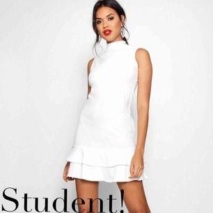 Såå fin helt ny studentklänning från Boohoo! Säljer åt min bästa vän. Endast prövad en gång men säljer då den inte passade (och returen va dyr).  Något skrynklig på bilderna då den är nyöppnad från paketet.  Kan frakta eller mötas upp i Kalmar 💘