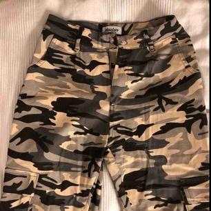 Helt nya camouflage/militär byxor från madlady. Storlek XS men passar även S. Nypris:499kr  Köparen står för frakten!