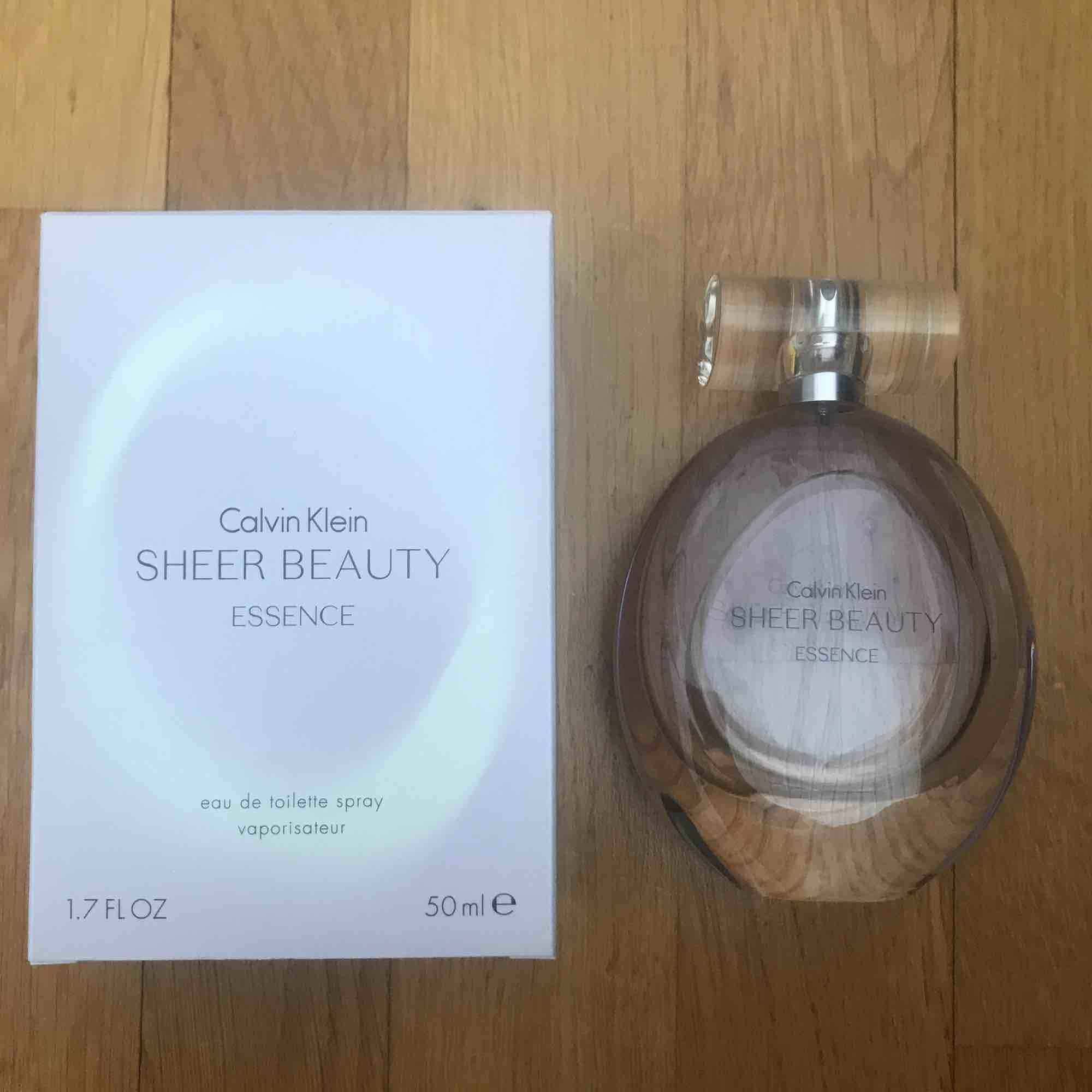 """Parfymen """"Sheer Beauty"""" från Calvin Klein. Oanvänd och har kvar förpackningen. Innehåller 50 ml. Accessoarer."""