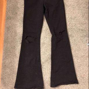 Nästan helt oanvända svarta bootcut byxor från BikBok, storlek S och har hål på knäna. Nypris:599kr  Köparen står för frakten!