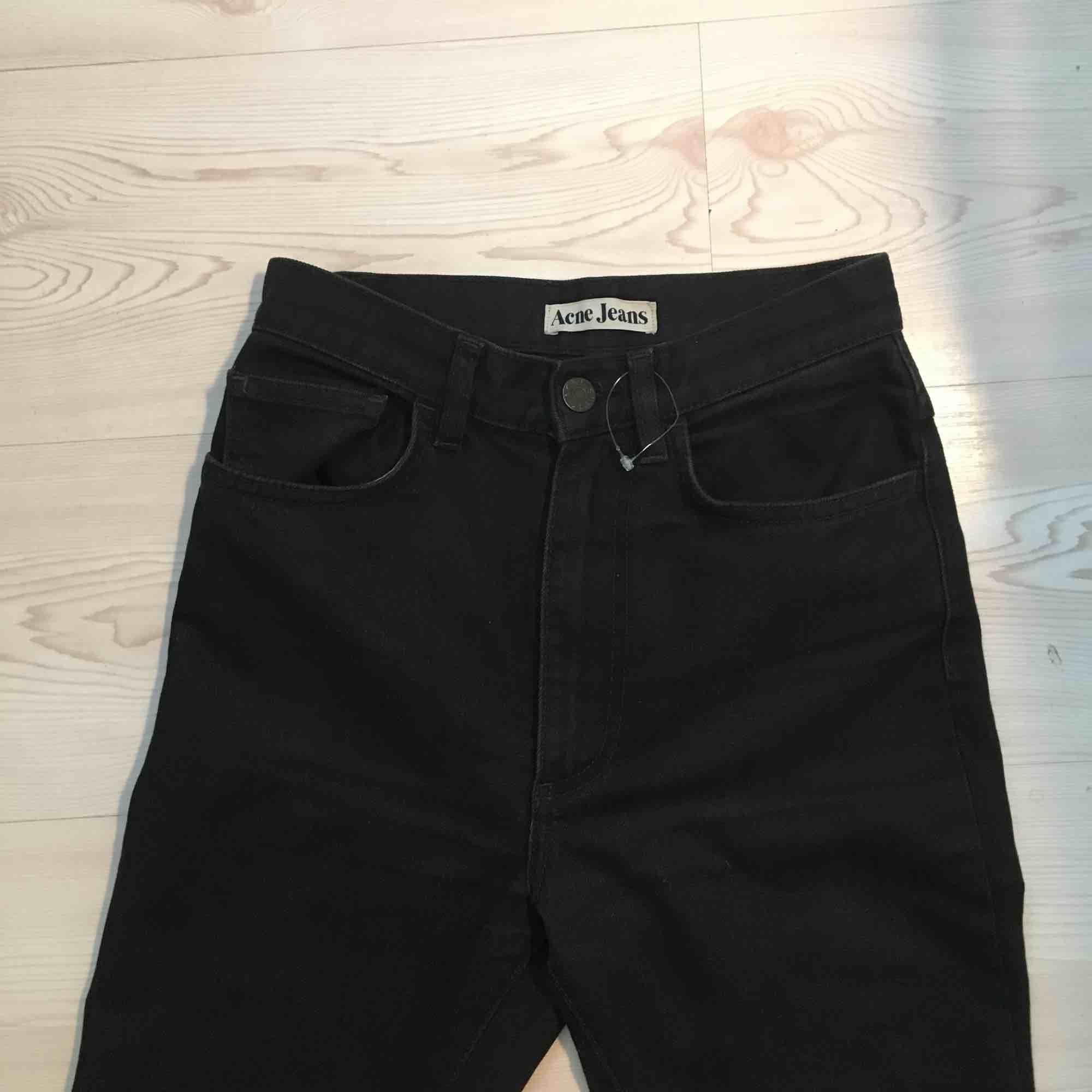Sjuuuukt snygga svarta raka acne jeans med hög midja. Helt oanvända! Kommer inte få på mig dem tyvärr dem är stl 26 men fungerar nog till 25 med. Köparen står för frakten :) . Jeans & Byxor.
