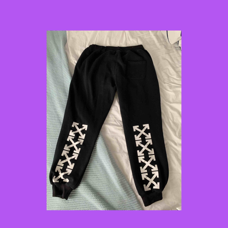 Sjukt sköna off-white mjukisar med bra kvalite. har haft ett tag men fortfarande väldigt fint skick. frakt betalar köparen! 💌. Jeans & Byxor.