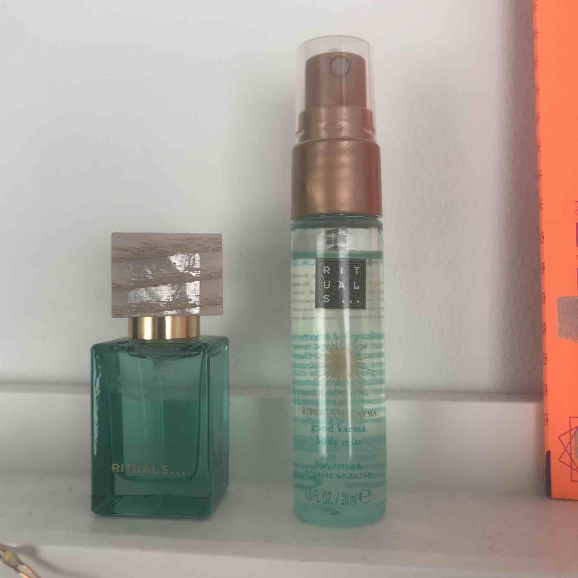 Två små parfymer från Rituals. Den lilla fyrkantiga innehåller 10 ml och den andra innehåller 20 ml. Du får båda för 50kr, frakt tillkommer!. Accessoarer.