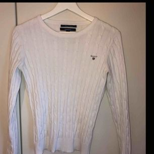Fin vit kabelstickad gant tröja i strl S! Inga fläckar eller slitningar!  Orginalpris ca 1000kr