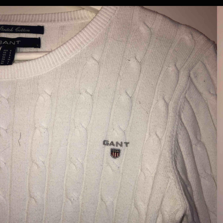 Fin vit kabelstickad gant tröja i strl S! Inga fläckar eller slitningar!  Orginalpris ca 1000kr. Övrigt.