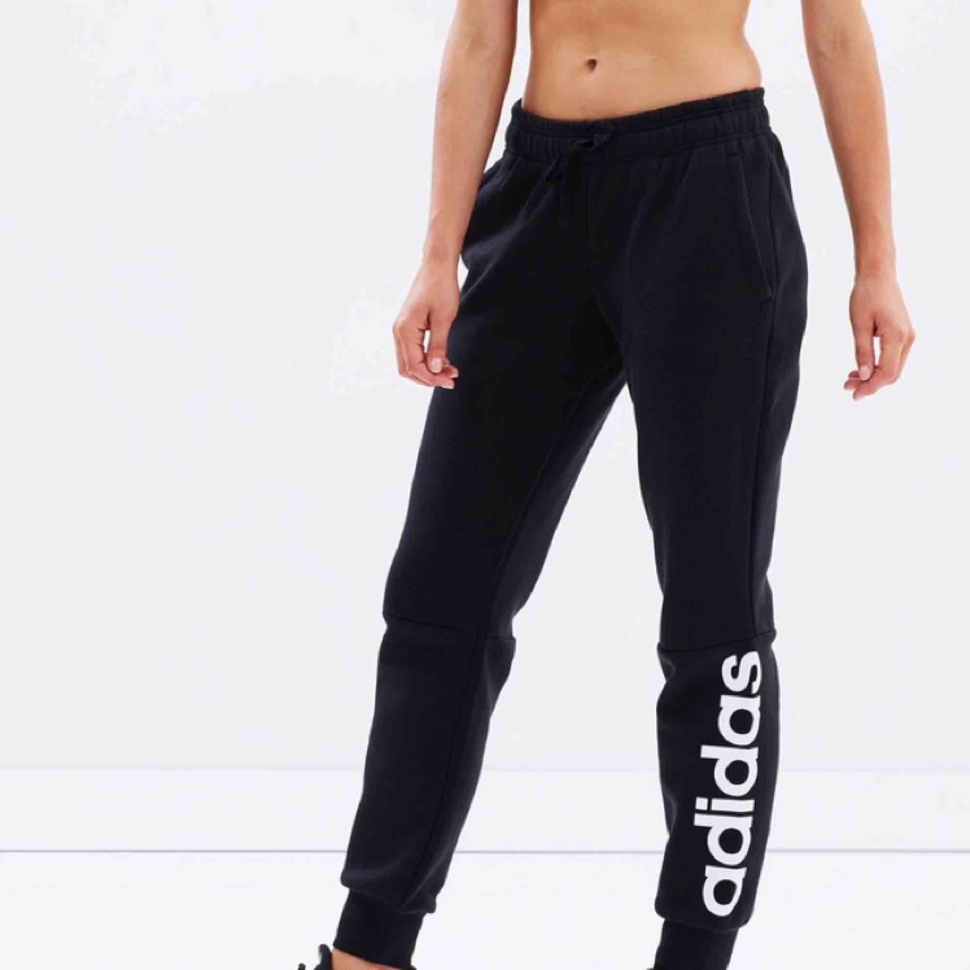 Adidas mjukisbyxor  Aldrig använda!  Frakt tillkommer! . Jeans & Byxor.